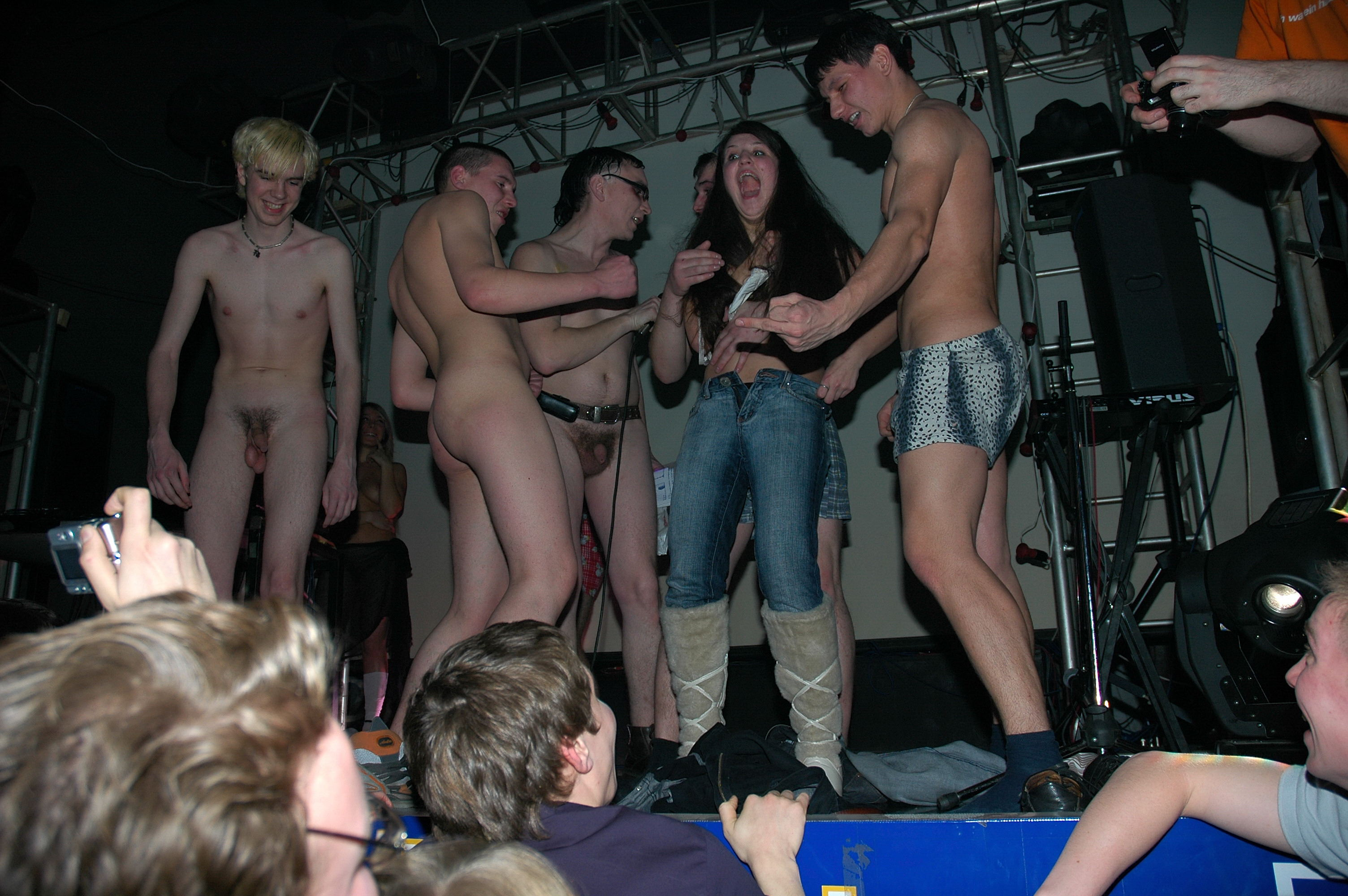 Телки голые танцуют в клубе 16 фотография