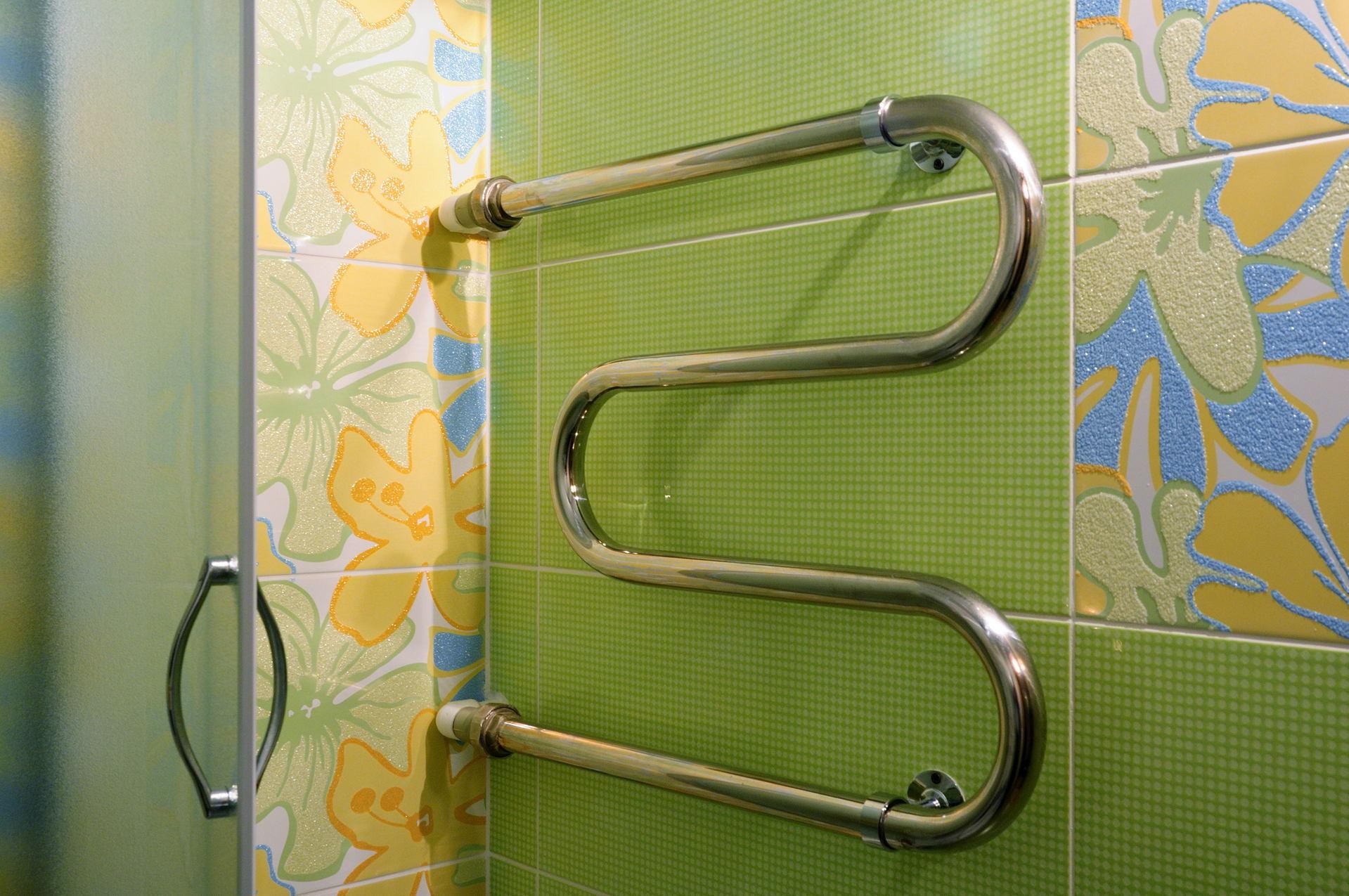 Установка полотенцесушителя в ванной своими руками на верхнем этаже