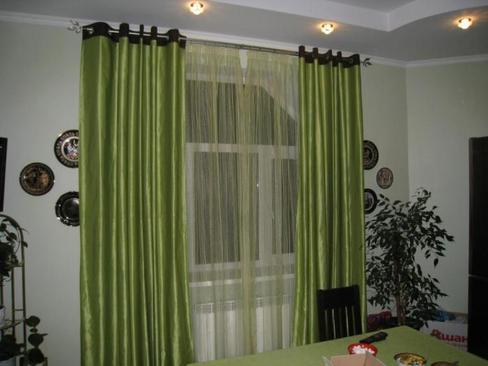 У меня там обычно висят шторы довольно простого дизайна...