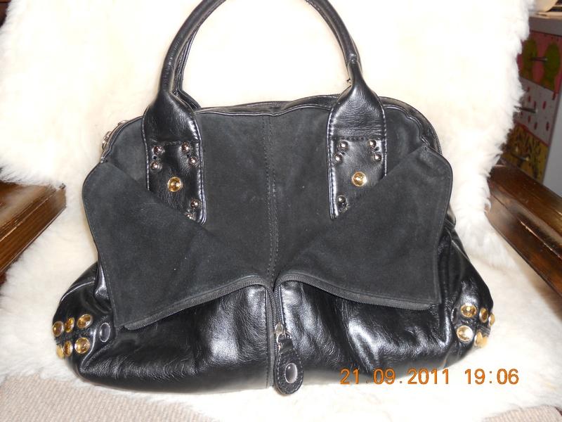 ...коричневая сумка - 1000 р клатчик лаковый- 300 р черная сумка- 500 р.