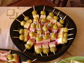Канапе с колбасой и сыром на шпажках рецепты