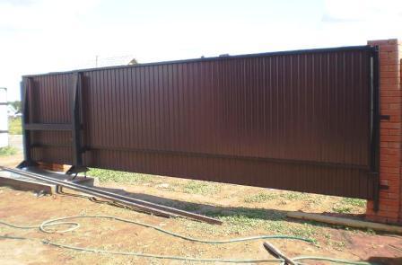 Забор из профнастила с раздвижными воротами своими руками