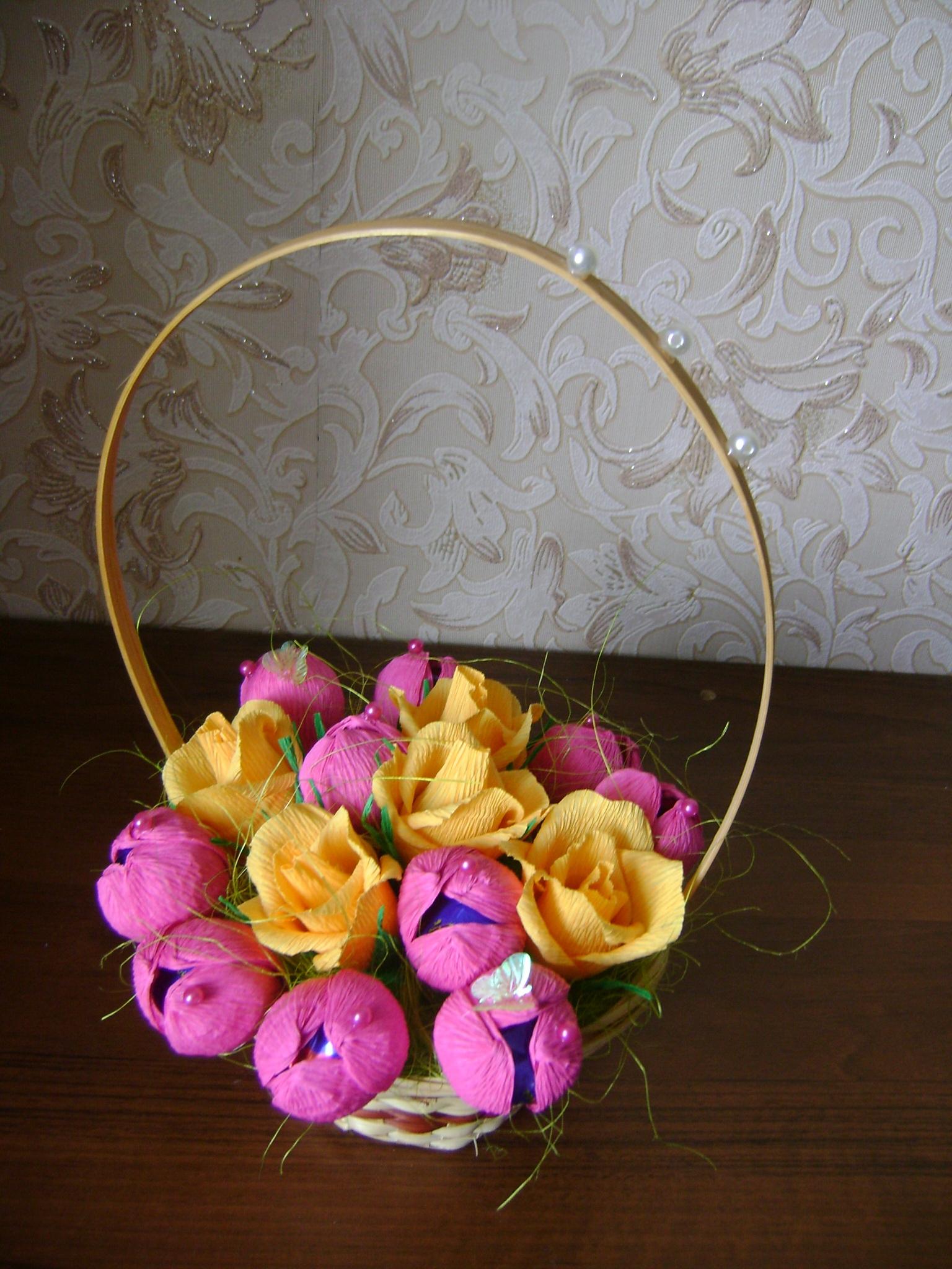 Корзинка с розами из конфет и гофрированной бумаги. Мастер 7