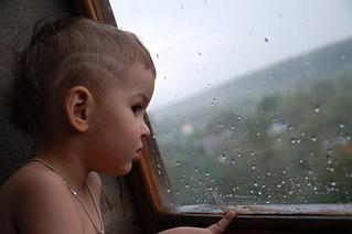 маленькая девочка сует себе шарики в попу и писю
