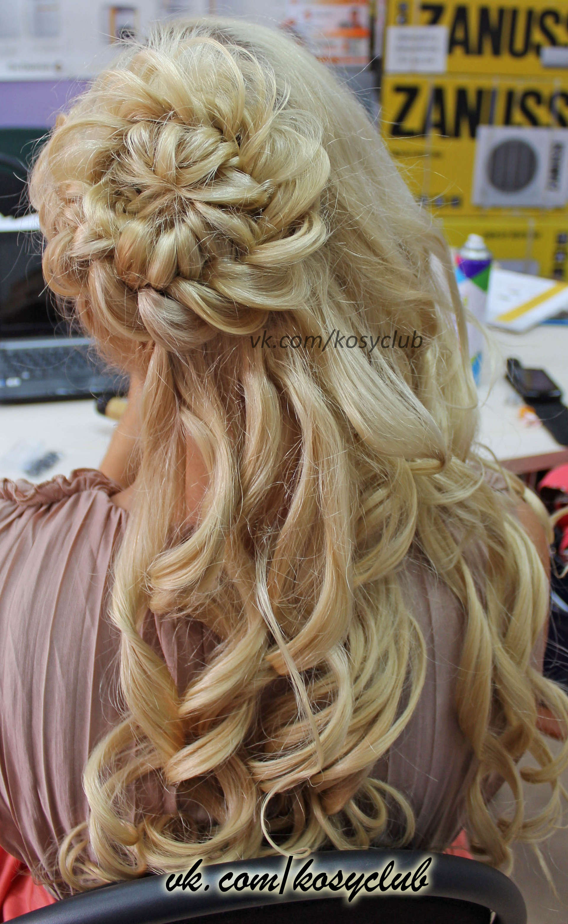 Прическа на средние волосы с косой и локонами