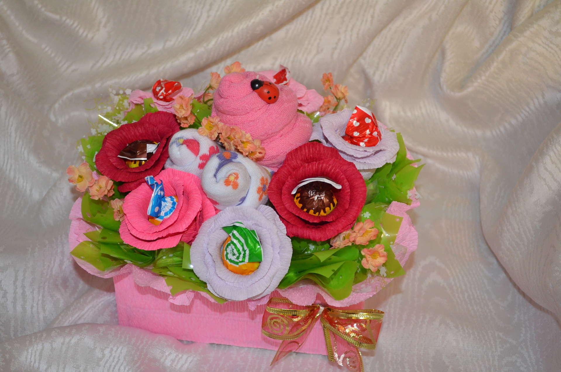Подарок своими руками из конфет для девочки
