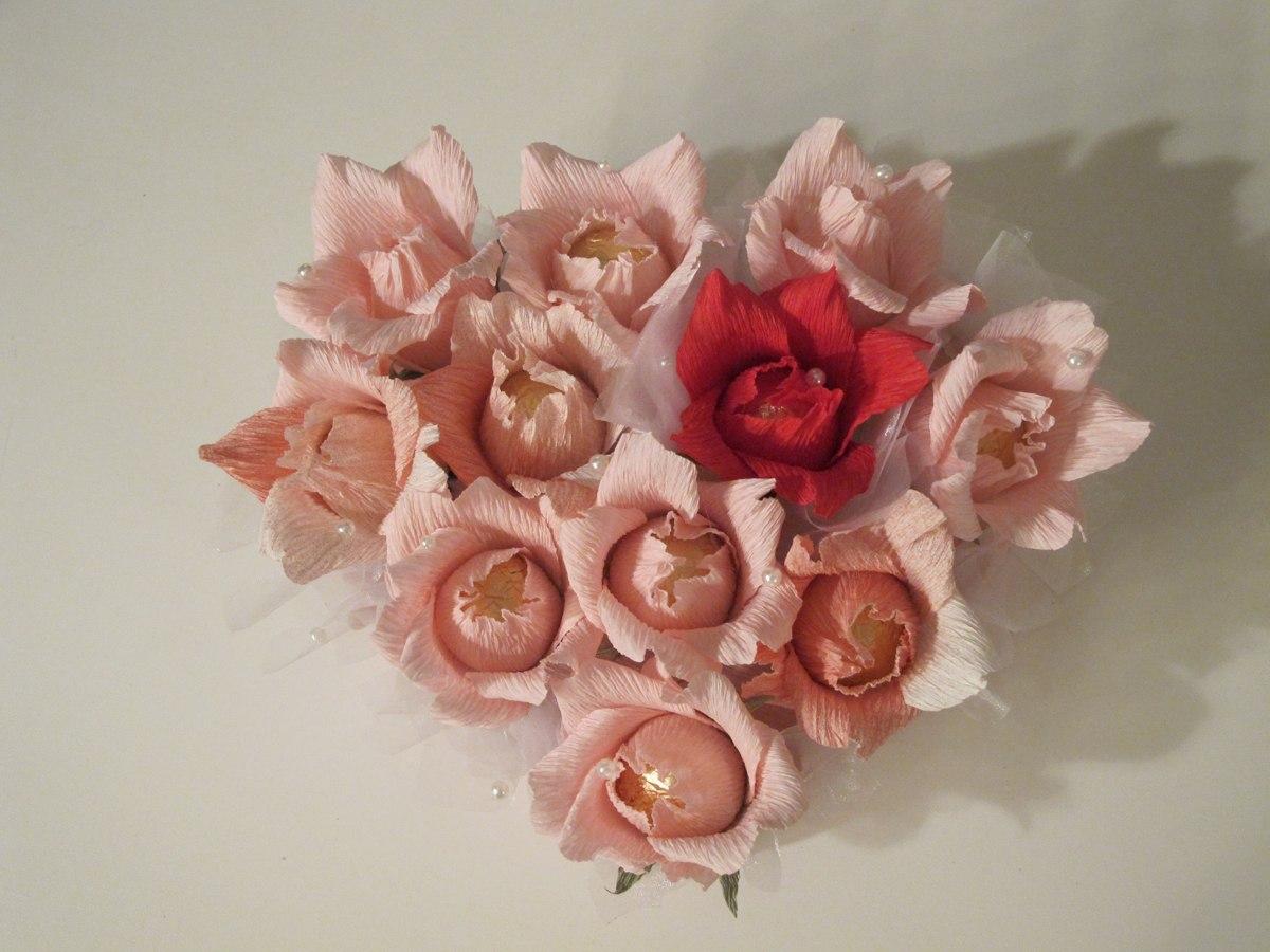 Цветы из гофробумаги и конфет