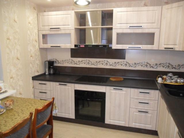 Кухня белые фасады темная столешница