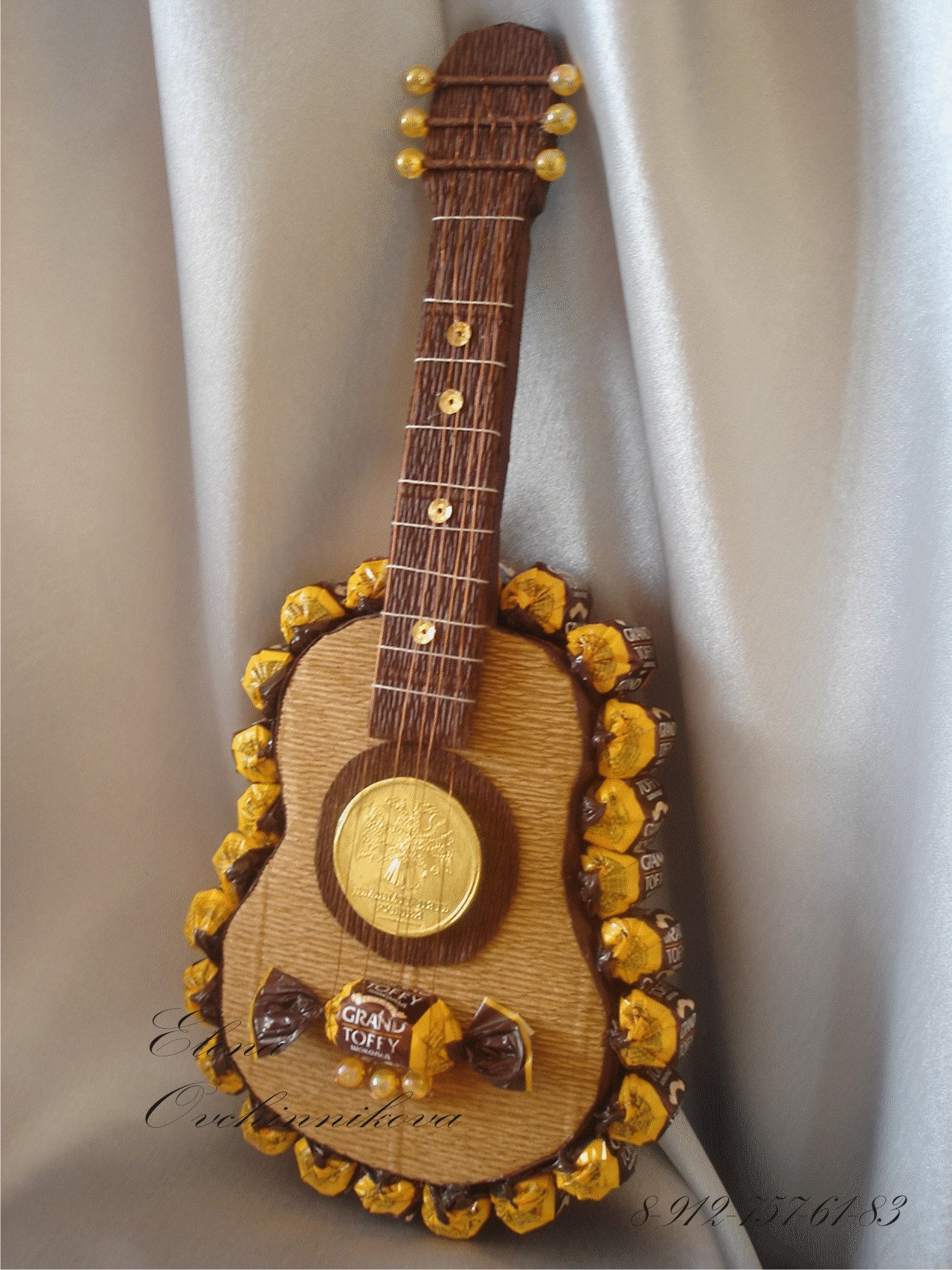 Как сделать из конфет гитару своими руками