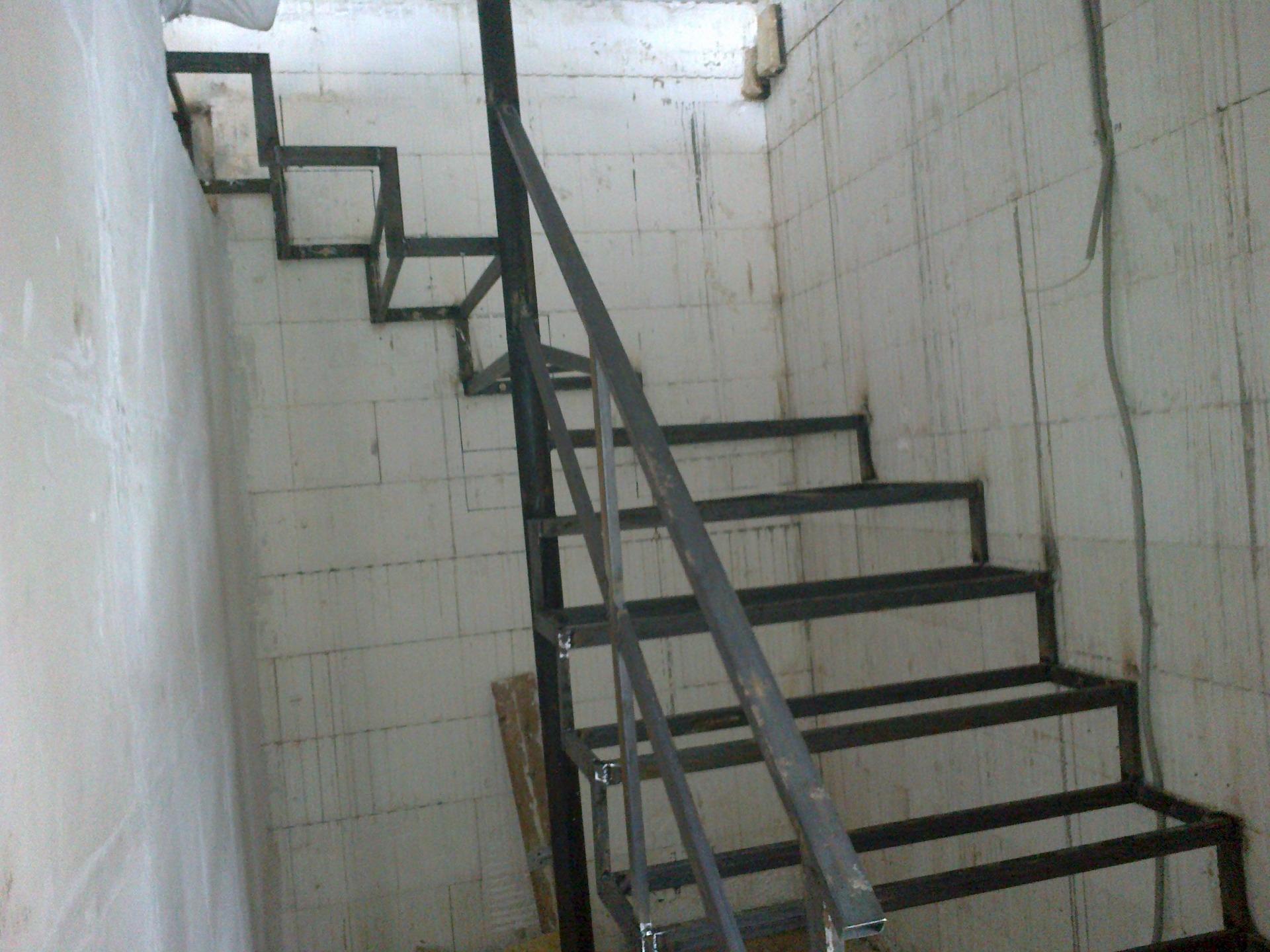 Металлическая лестница на второй этаж своими руками: фото 92