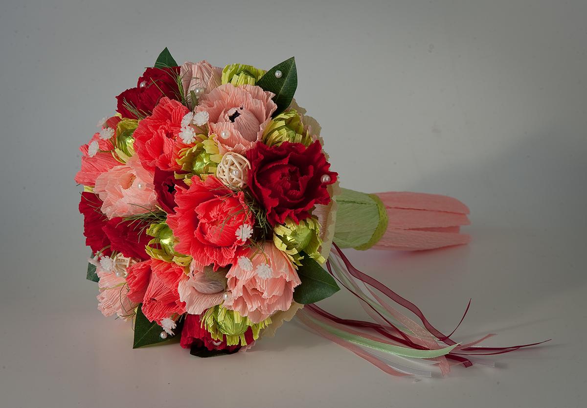Букеты из цветов из конфет и гофрированной бумаги своими руками