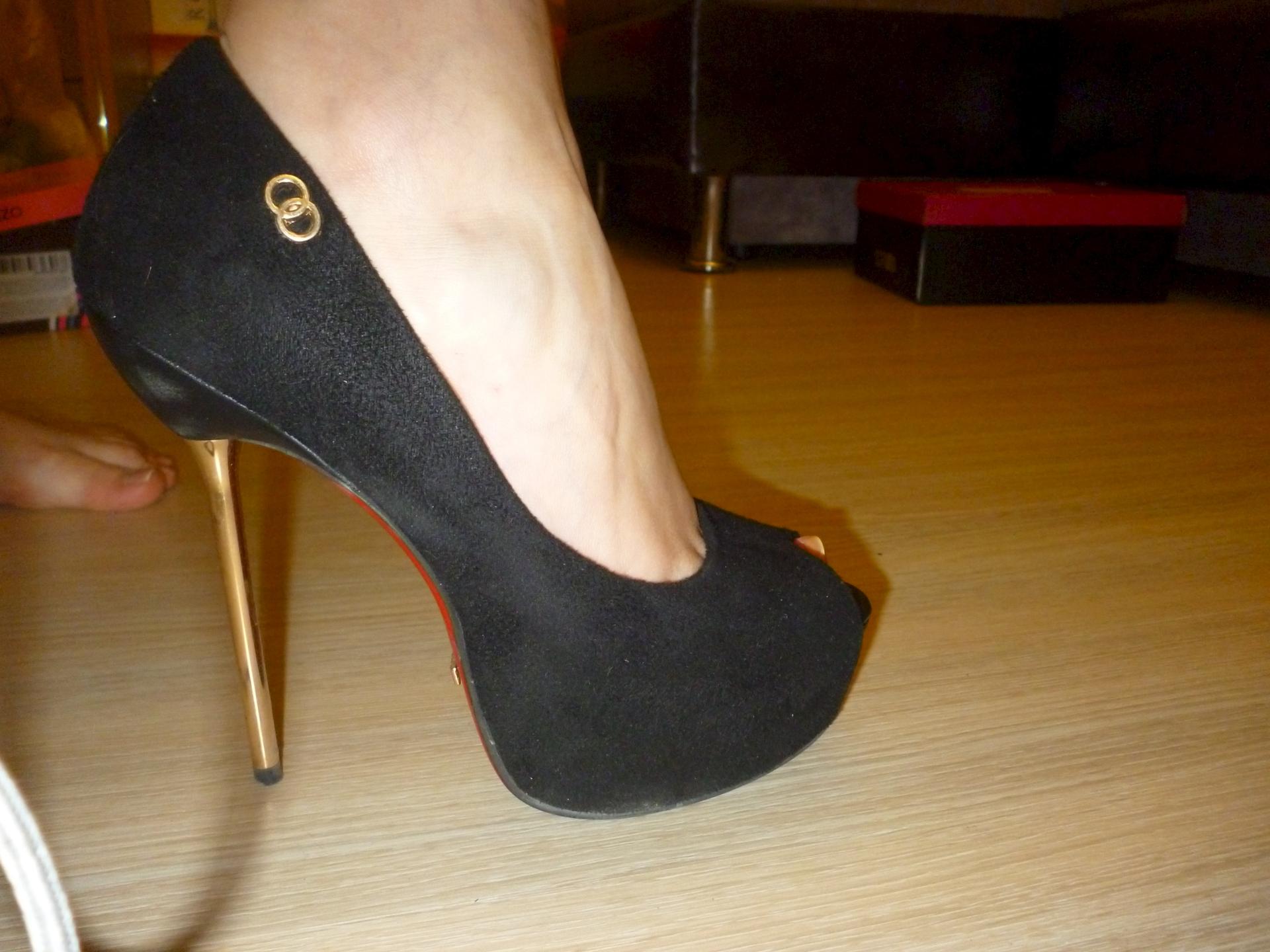 Топчут член туфлями 12 фотография