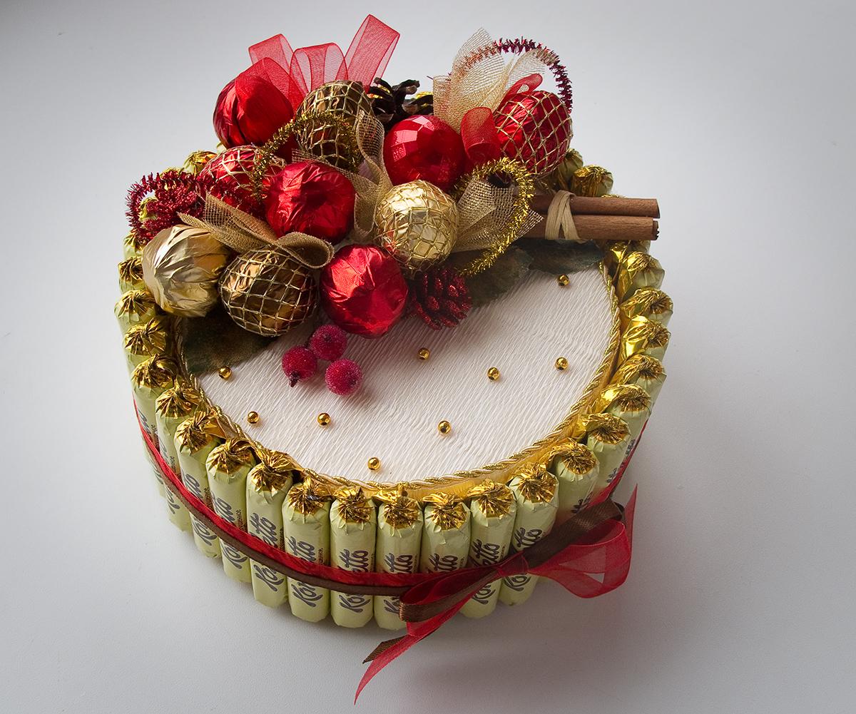 Как сделать красивую поделку из конфет 7
