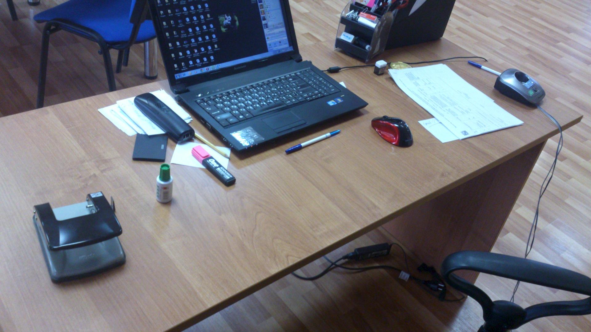 Срочно продадим офисные столы и шкафы : мебель. купить - про.