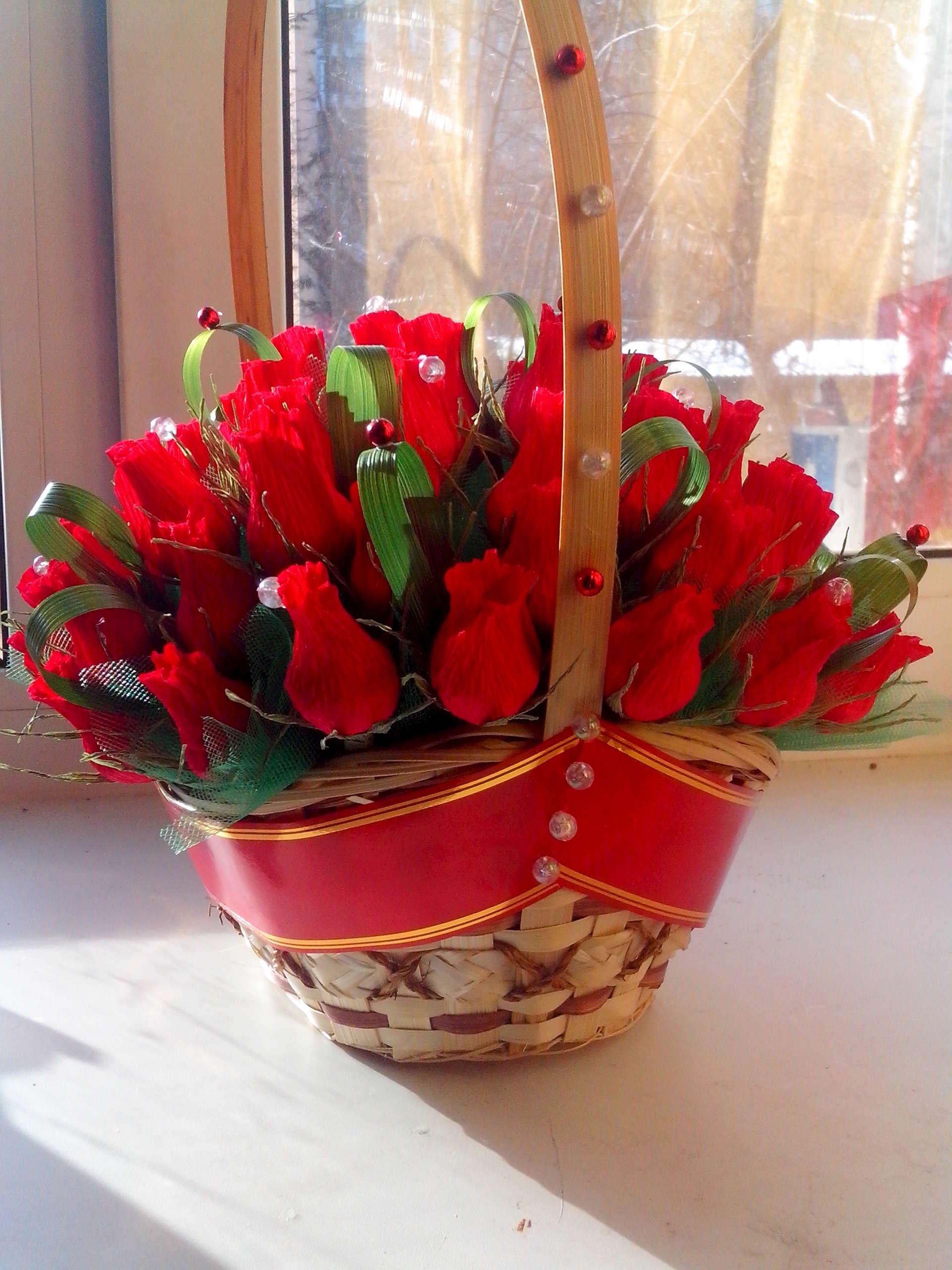 Корзинка с розами из конфет и гофрированной бумаги. Мастер 31
