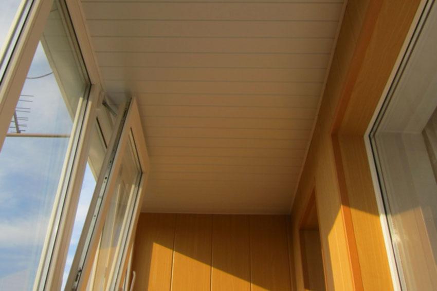 Балконы отделка фото потолка.