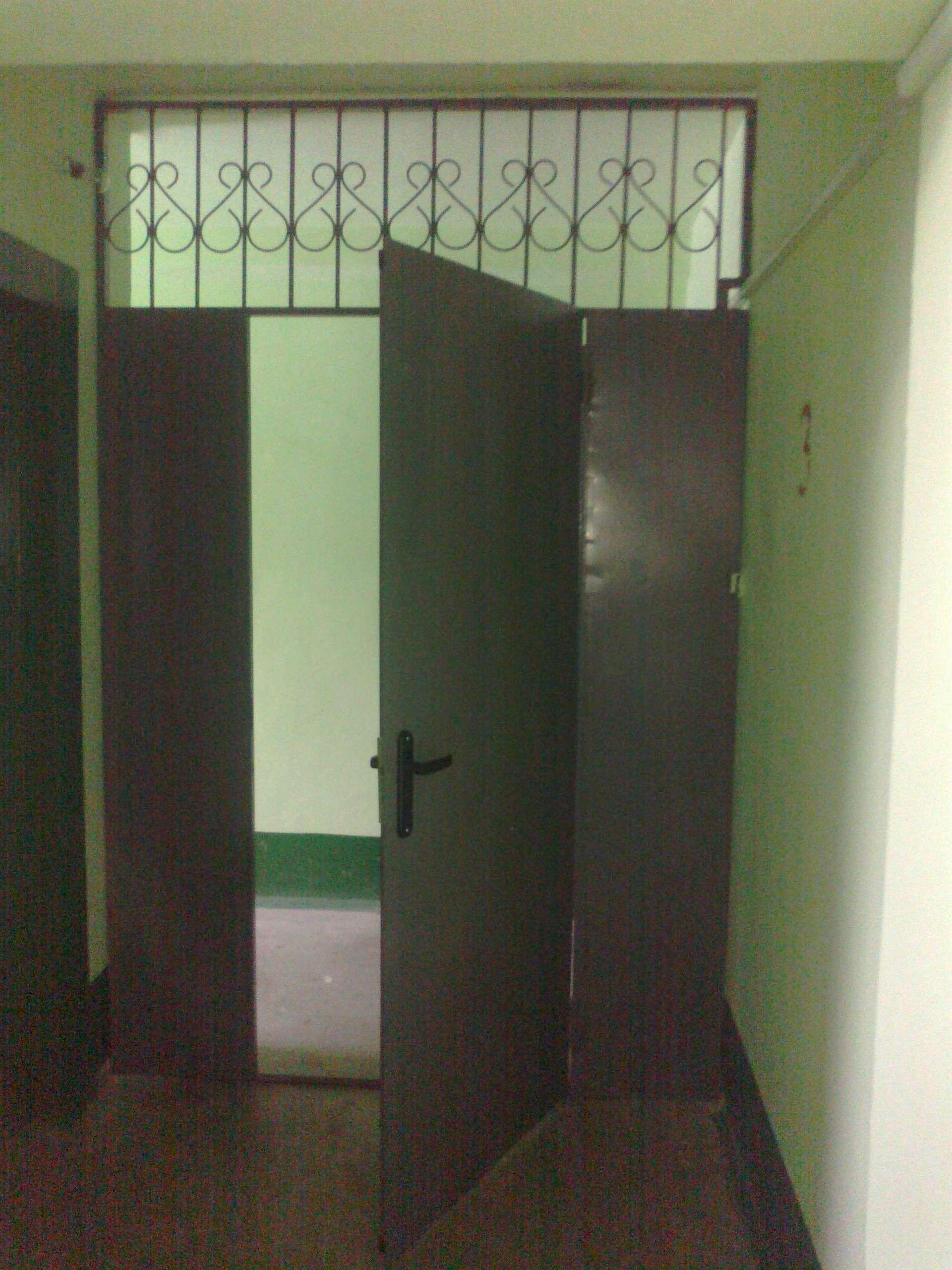 сколько стоит поставить железную дверь на лестничной площадке