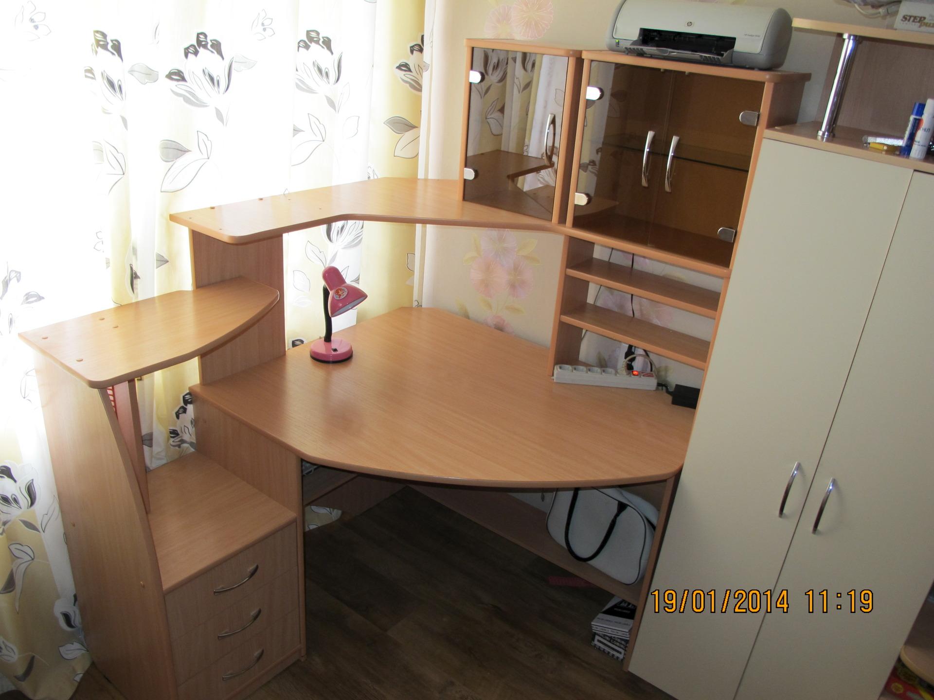 продам большой угловой письменный стол для школьника марковские