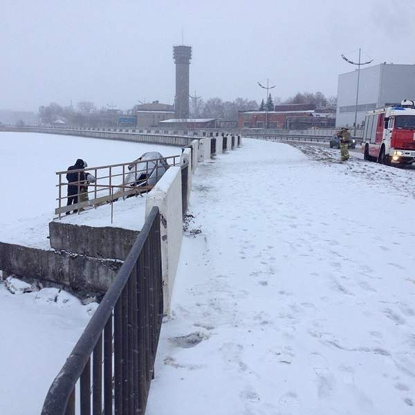 960 X 960 160.1 Kb 01.12.2014 ДТП на набережной, приора улетела в пруд. С первым днем зимы!