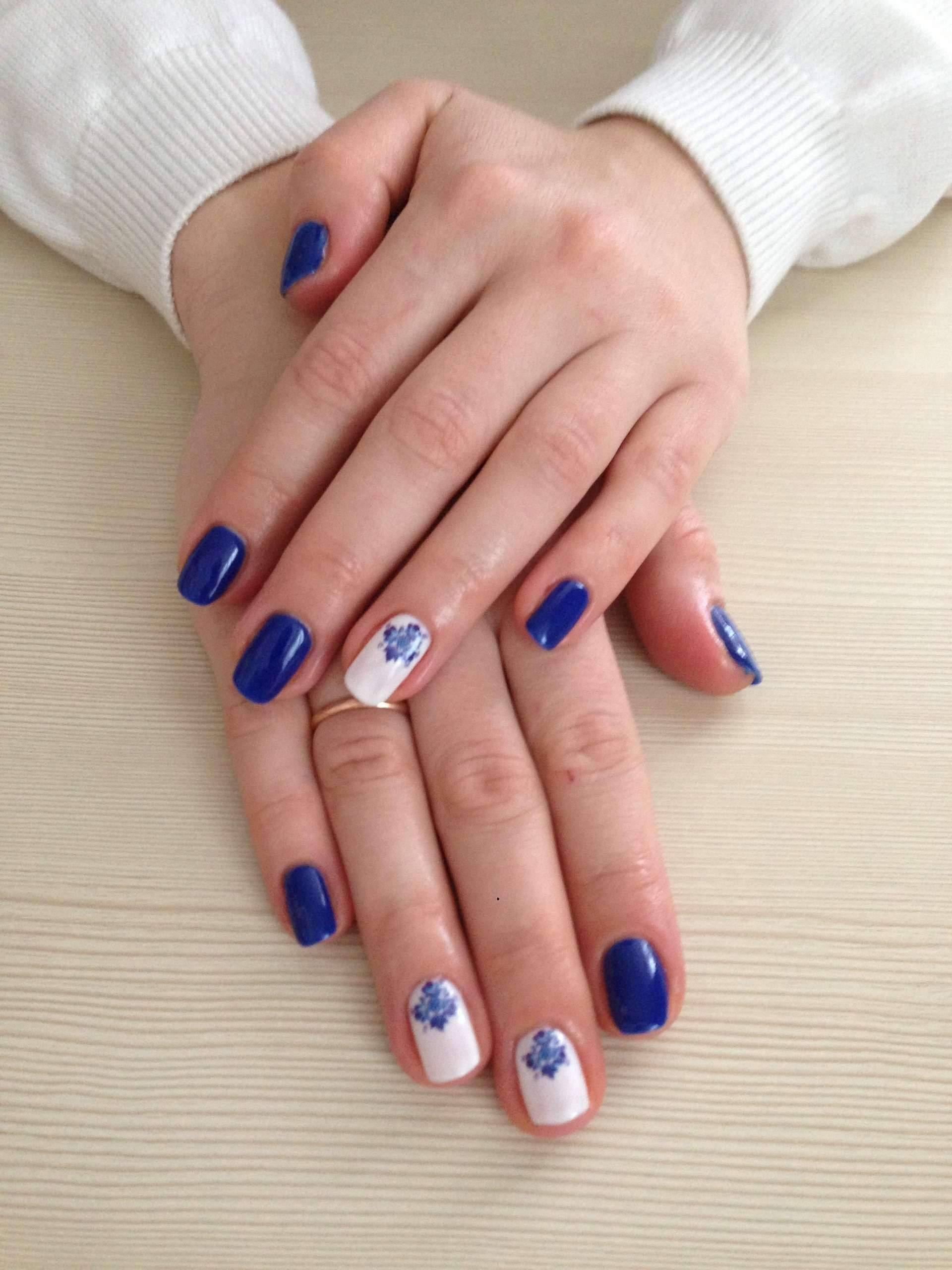 Маникюр синий с лунками фото