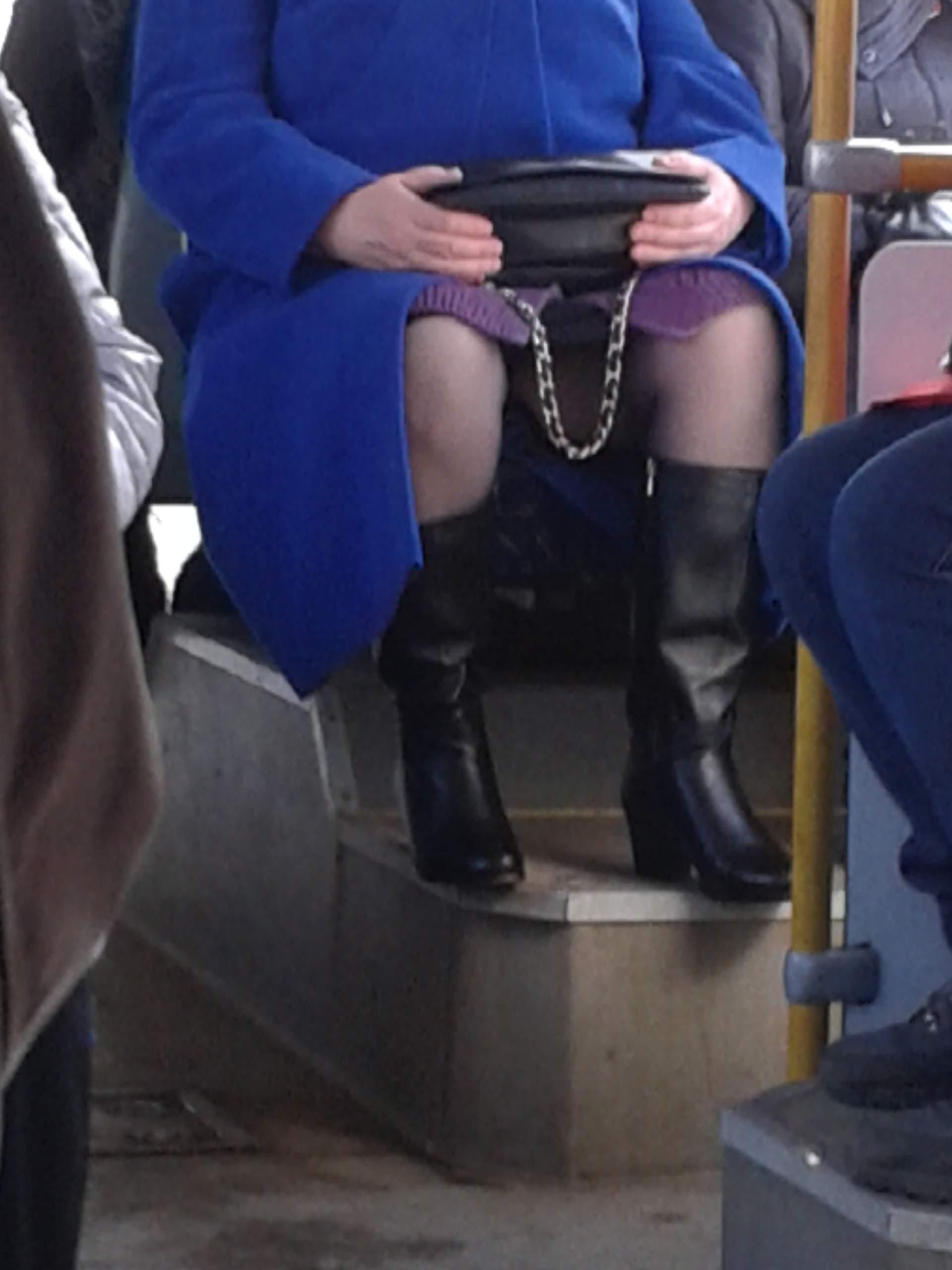 Фото девушек в общественном транспорте под юбочки 8 фотография