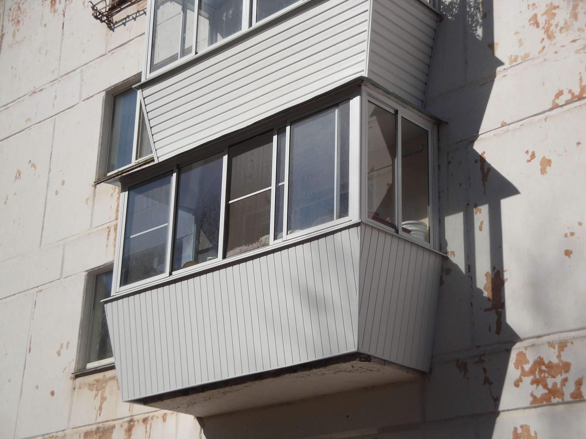 Балконы с выносом, витражное, панорамное остекление.