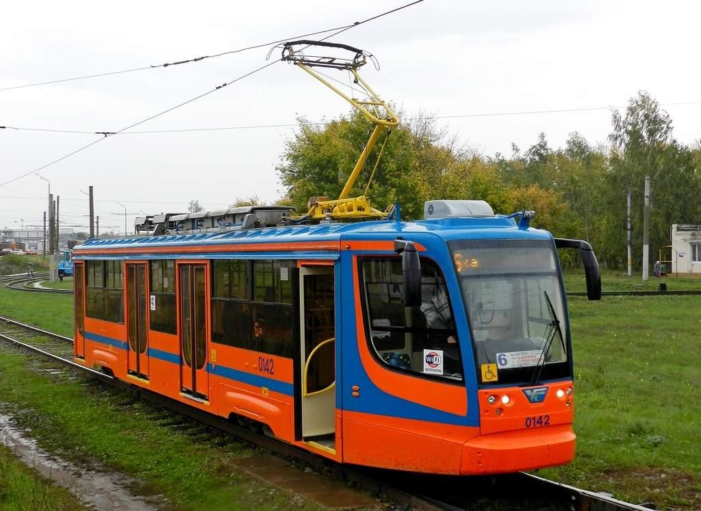 Новый трамвай отбрасывает