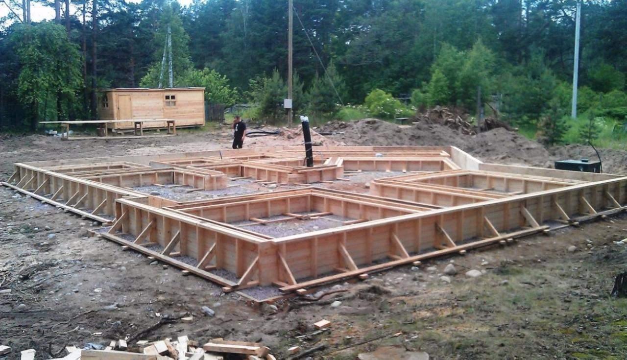 Как сделать фундамент у построенного дома