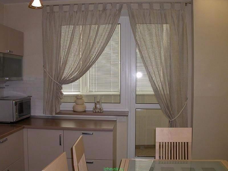 Дизайн окна с балконной дверью на кухне