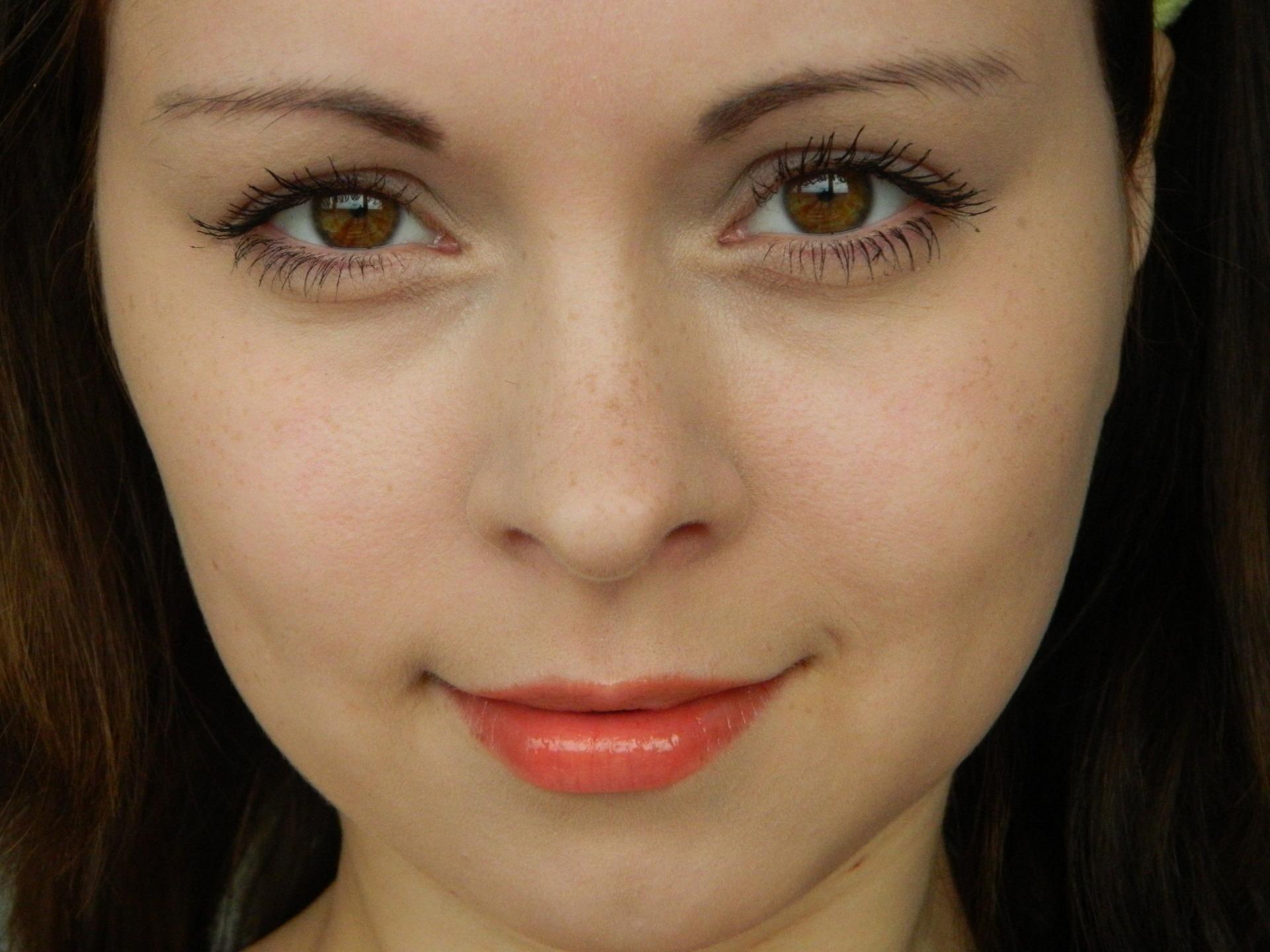 девушке на лицо фото-ыр2