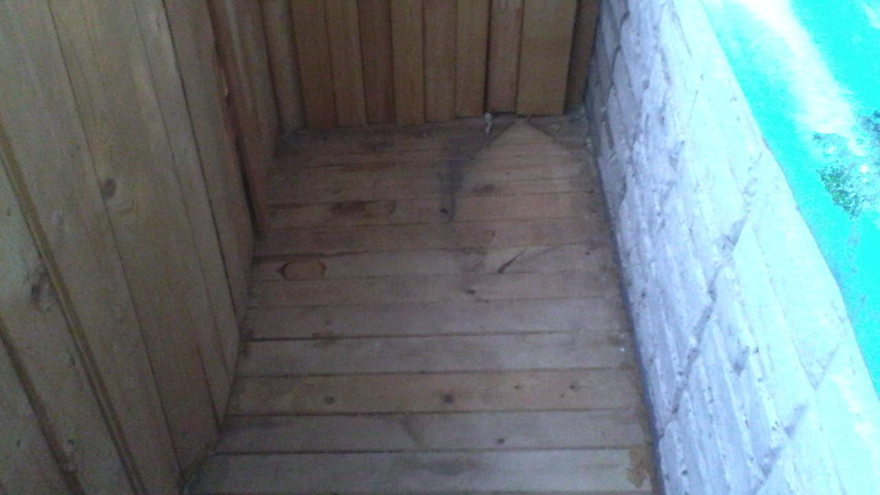 Выровнять пол на балконе скока стоит.