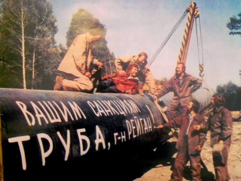 768 x 576 Рубль идёт ко дну