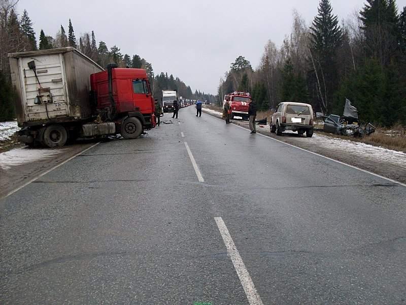 1600 X 1200 318.5 Kb 24.10.2015 ДТП в Алнашском районе, фура vs. Lada Kalina. 3 погибли.